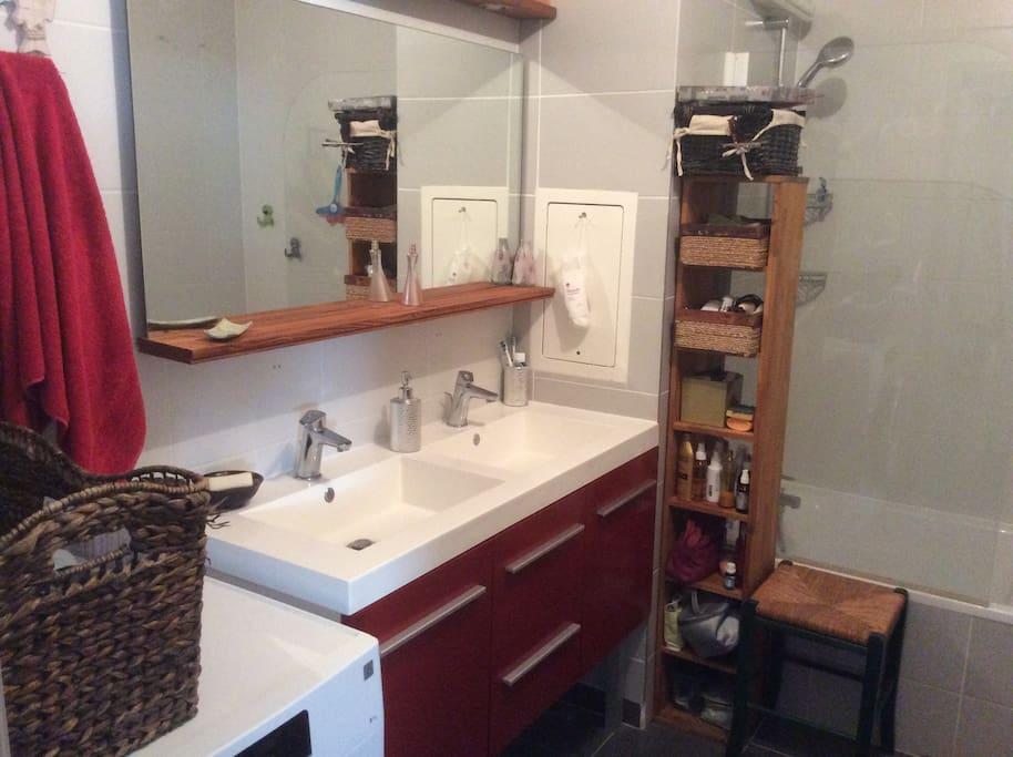 Salle de bain avec douche et /ou baignoire