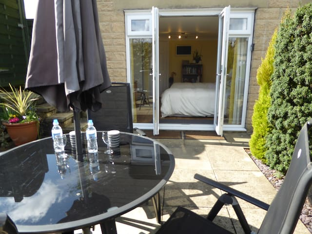 enjoy a morning tea on your patio. twin en-suite - Addingham - Bed & Breakfast