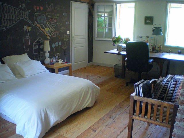 Grande chambre dans maison ancienne - Benquet - Hus