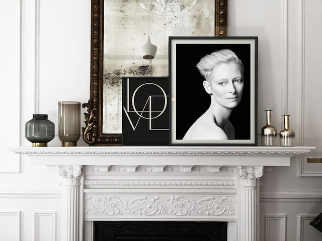 Vista de la chimenea y espejo, ambos del S.XIX. ______ View of the fireplace and mirror, both from the XIXth century.