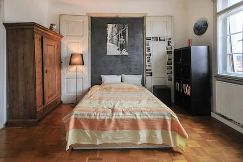 Großes sonniges Zimmer in Stadtvilla