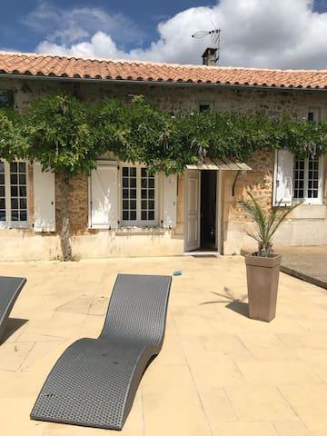 Maison indépendante au calme avec accès piscine