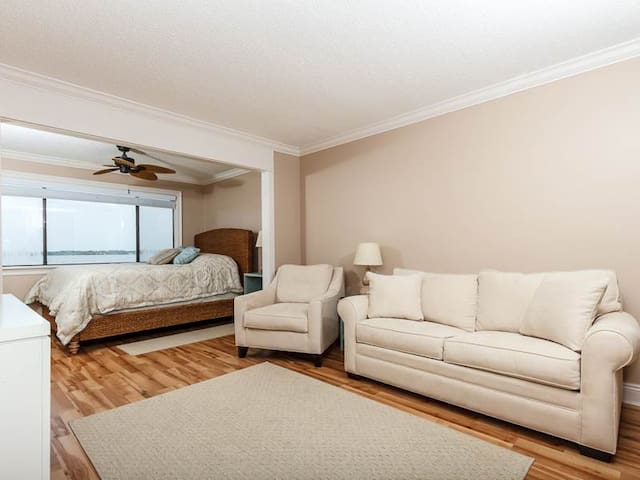 Spacious studio with incredible bay views! Cozy and welcoming ambience! Walk-in shower! Free Wi-Fi.
