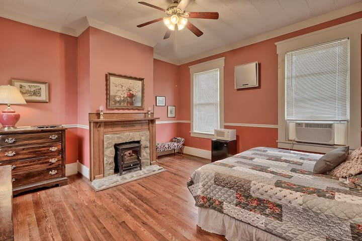 """Historic Bed & Breakfast  """"The Pink Suite"""""""