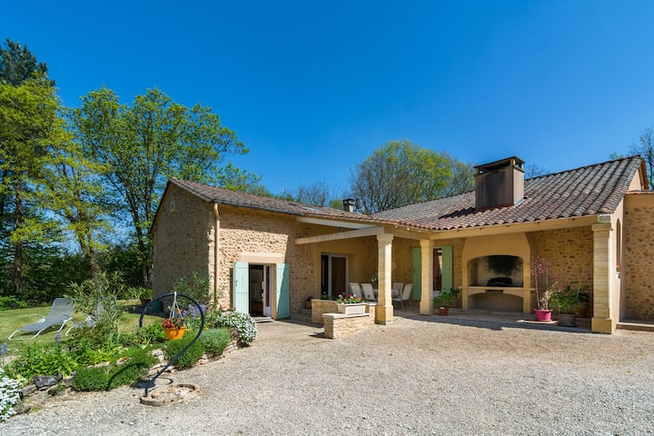 Rural holiday home with beautiful forest, not far from Périgueux (15 km)