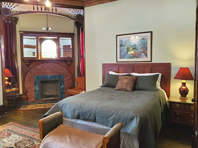 Historic Victorian Apartment 1 - Downtown Peoria