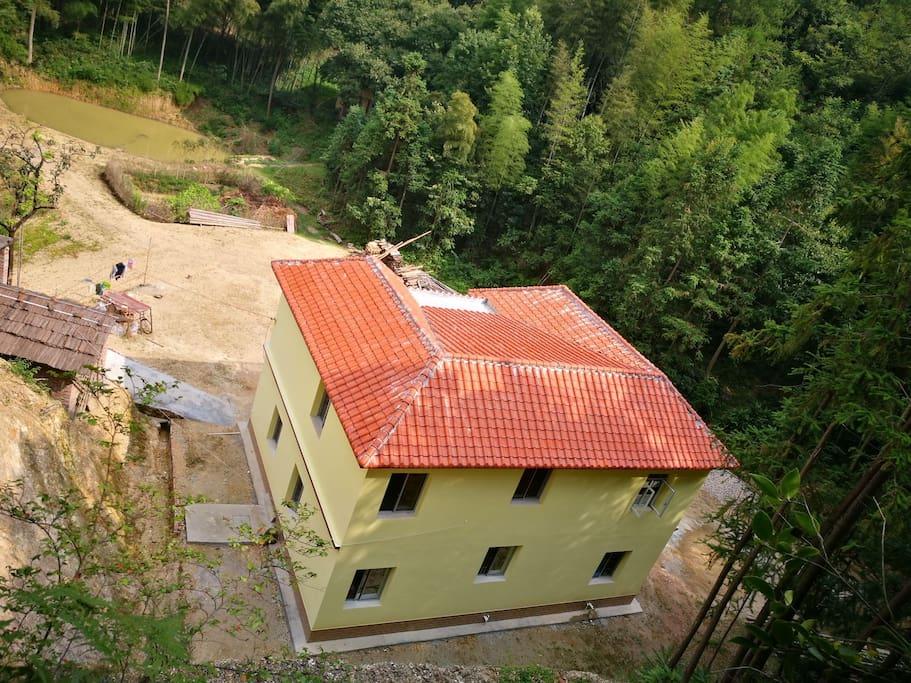 这是从房子背靠的山上看整个房子
