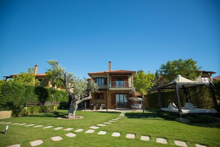 Stilianna Luxury 3 Bedroom Villa wih Shared Pool