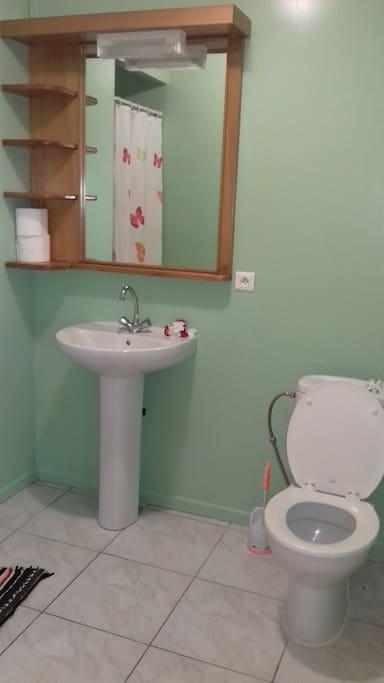 Une salle d'eau privative