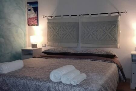 IKNOS B&B - blue room - in the center of the City - Όλμπια