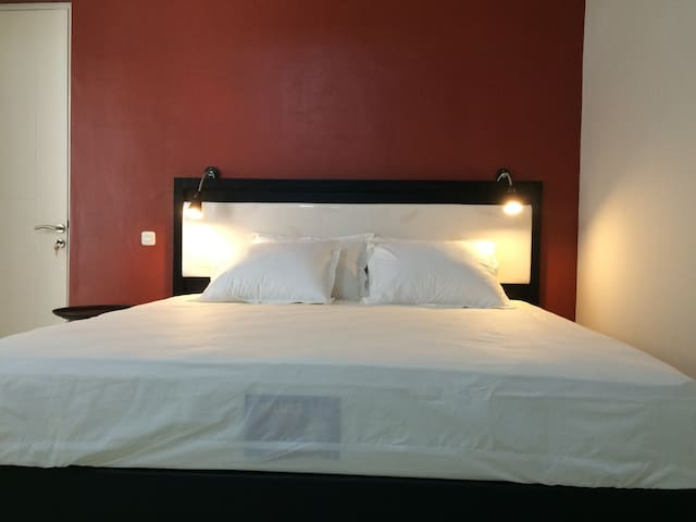 A4: Deluxe Double Room – 1 King Bed