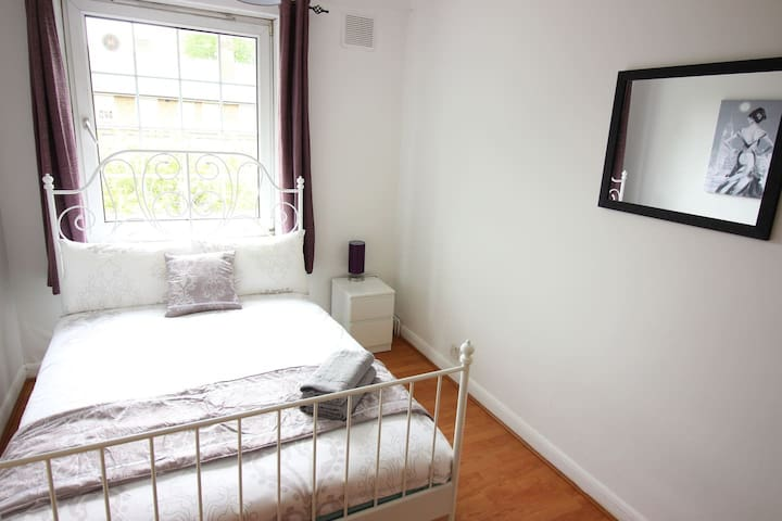 (WHI-D)PRIVATE ROOM FOR 2PPL NEAR VICTORIA PARK