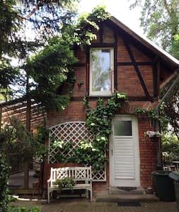 Verträumtes Gartenhaus in der Stadt.  Willkommen!