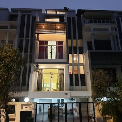 4 storey house with lift and easy access to KL