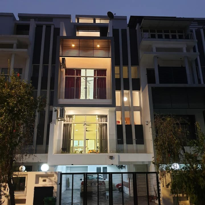 3 storey house with lift and easy access to KL