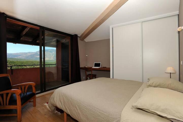 Avec cette mirande et ses vastes baies vitrées, le deuxième étage constitue la suite parentale. Voici la chambre...