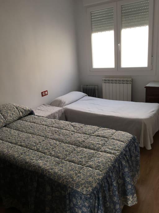 Habitación con dos camas de 90. Habitación luminosa y amplia.