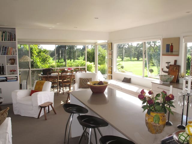Sunny location with lovely outlook - Auckland - Huis