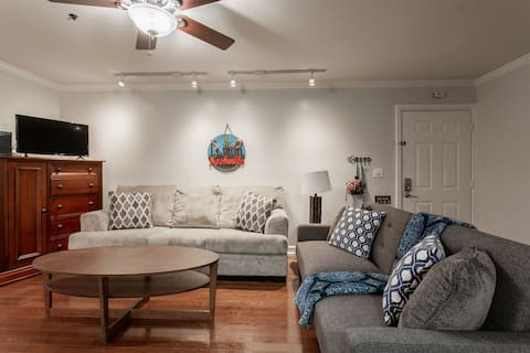 Cozy Downtown Condo! Walk to Broadway! 2nd Ave! Best Location!