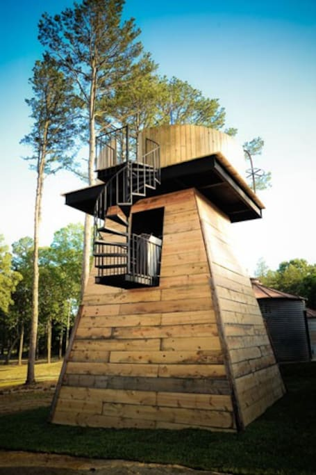 A surprise awaits you at the top of Smithville Tower. A hot tub for gazing at the stars!