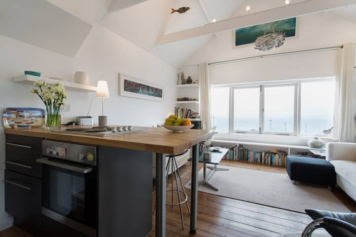 Sea-view Penthouse on the beach with log burner