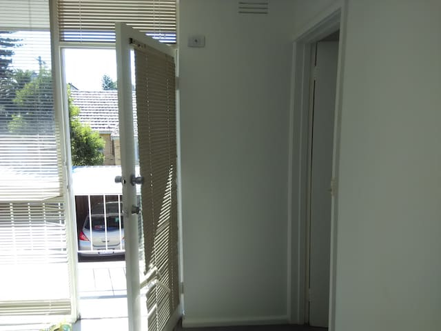 Fully Furnished 2 Bed Room House - Glen Huntly - Pis