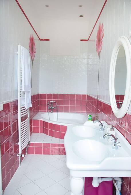 La salle de bain privative avec baignoire et WC
