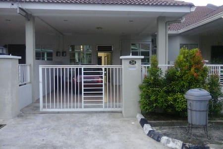 Taman Arena Kerupang 2 is your home in Labuan - Labuan - Dům