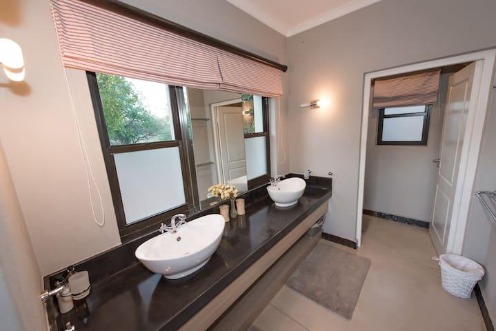 Bathroom of Honeymoon Suite, Nyaleti Lodge 310