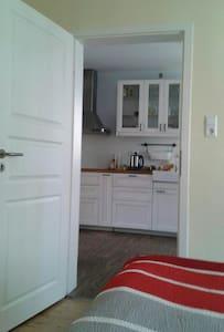 Doppelzimmer mit Bad und Küche - Angelbachtal - 独立屋