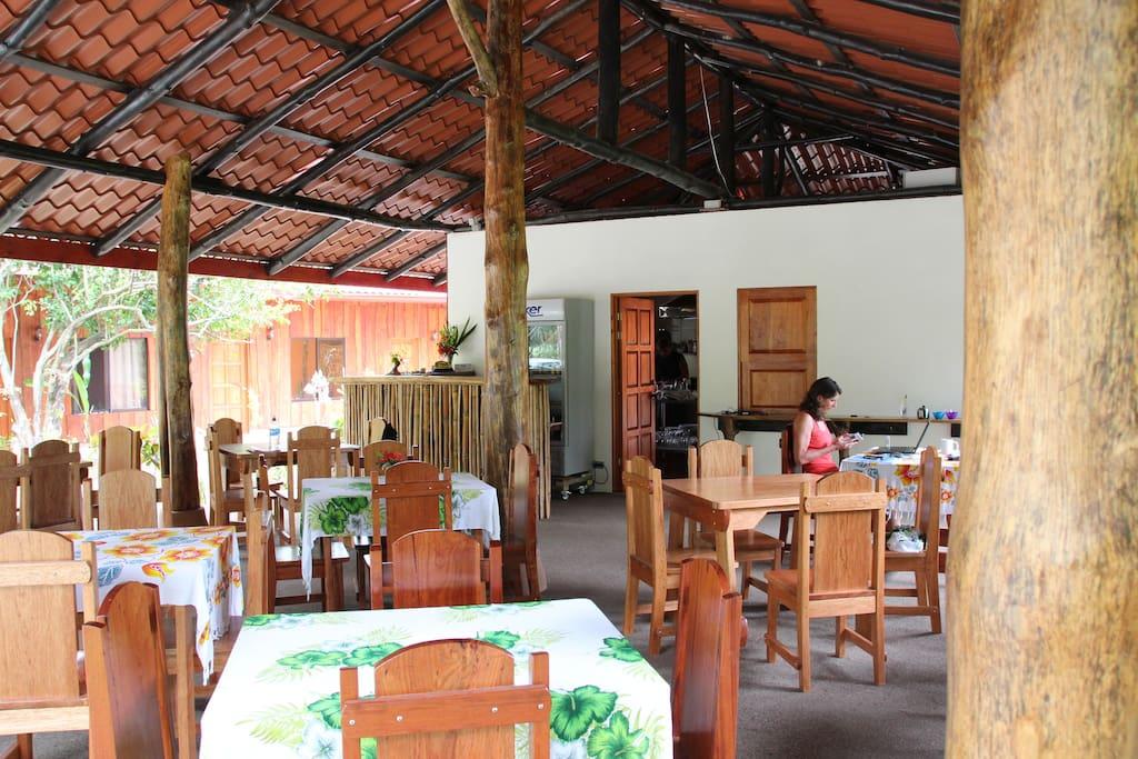 Restaurant -Treffpunkt der Einheimischen, Urlauber und Auslaender die hier leben
