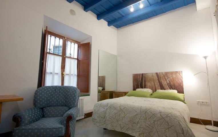 Habitación con baño en casa sevillana centro