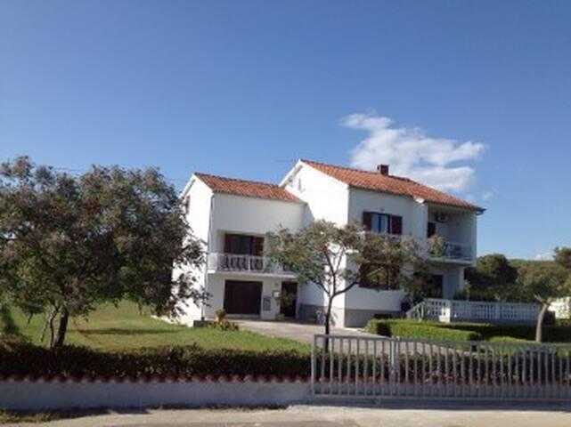Ferienhaus Ferienwohnungen in Sukosan bei Zadar - Sukošan - Apartamento