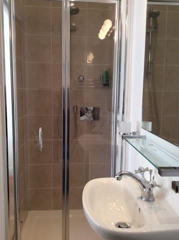 Shower en suite in annexe