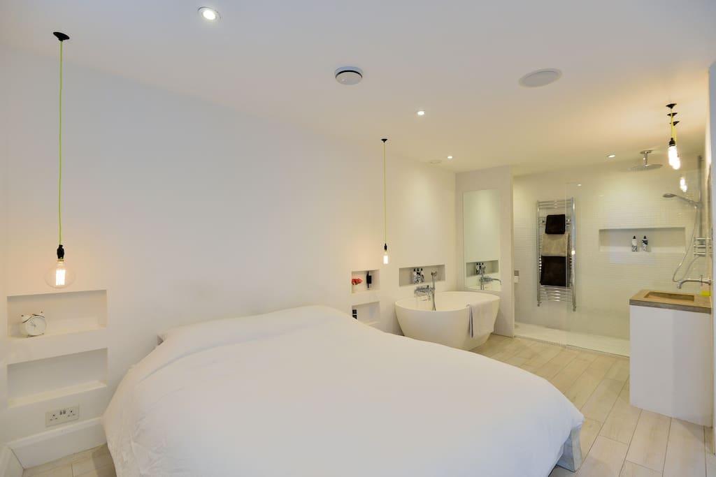 Master Bedroom with en suite bathroom & Stone Bath.