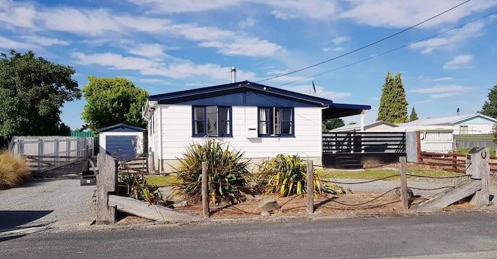 Twizel Character Hydro Home (kiwi bach)
