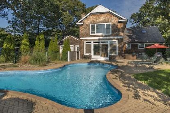 Relax by the pool, walk to a beach - East Quogue - Haus