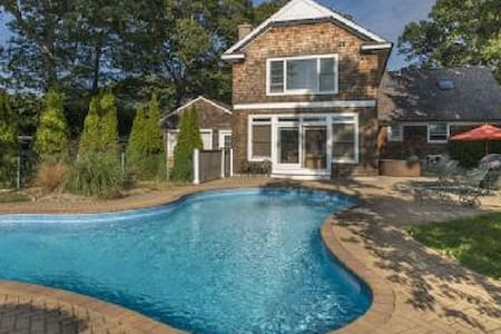 Relax by the pool, walk to a beach - East Quogue - House