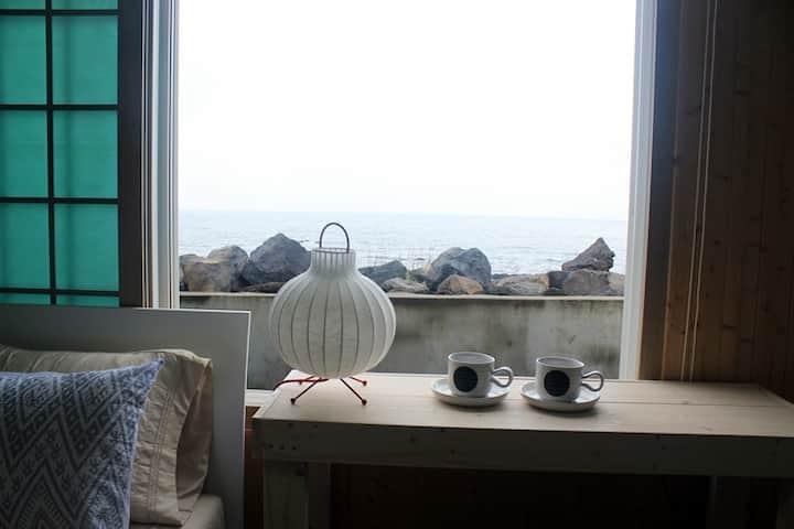 제주 남원읍 바닷가마을의 바다 바로앞에 위치한 개인주택(맑음남원)