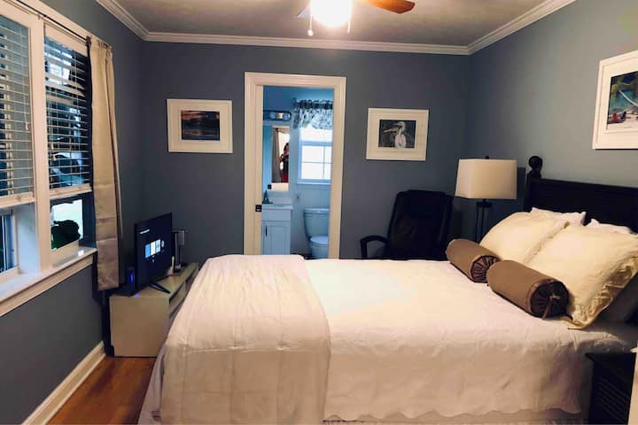 Private room w/separate entrance by water NO FEES!