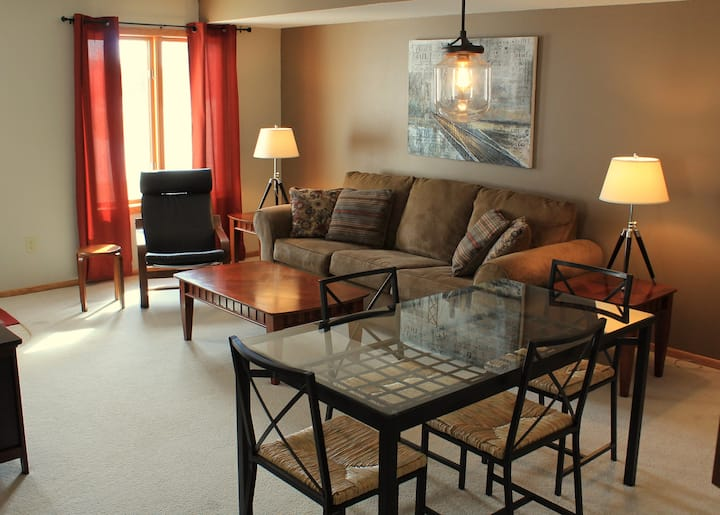 Modern 3BR Townhome Near Shopping, Alerus and UND
