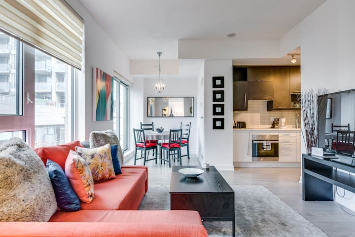 Newly Decorated Condo in King West - Free Parking