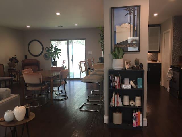 Mid-Century Style Queen Guest Room Near UT Dallas