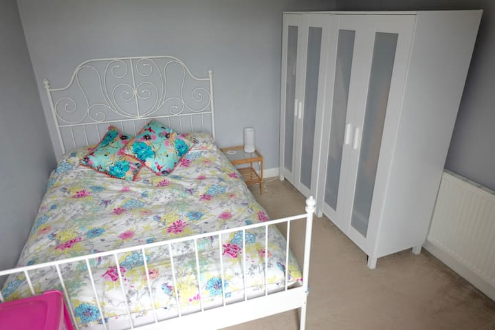 Welcoming Double Bedroom in Manchester Suburb - Urmston - 獨棟
