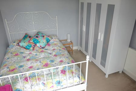 Welcoming Double Bedroom in Manchester Suburb - Urmston - House