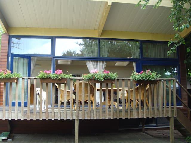 Finse bungalow in ruime tuin. - Vorden - Bungalo