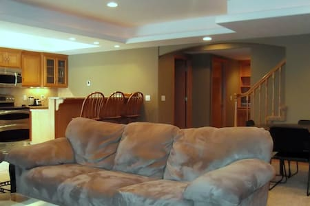 Premium 1000 s.f. on basement level - Bellevue - Rumah