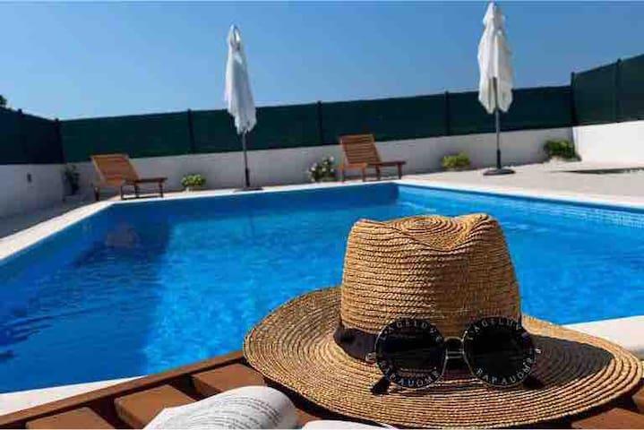 Villa Bella Vista apartmani s bazenom- Seget Donji