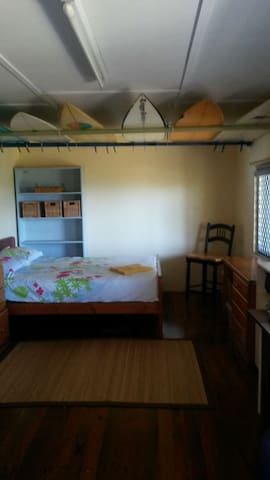 Boardshed Burleigh ocean view surfboad hire free. - Burleigh Heads - House