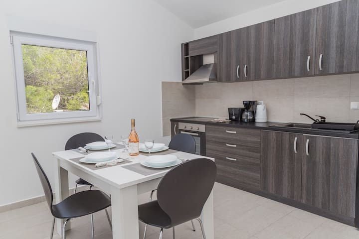 Fully equipped kitchen and dining area